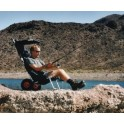 Pécheur assis sur un siège Beach Rolly ECKLA